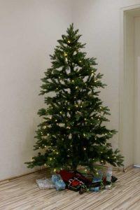 Weihnachtsbäume mit integrierten LEDs